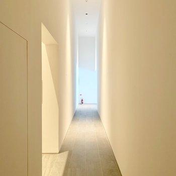 エントランスは天井高くて真っ白。