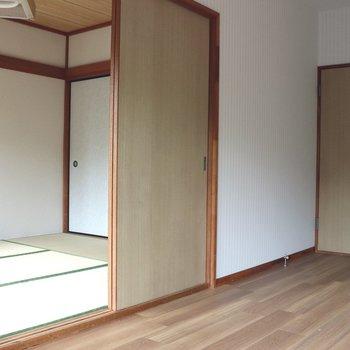 【洋室】和室を望むと。仕切りは襖
