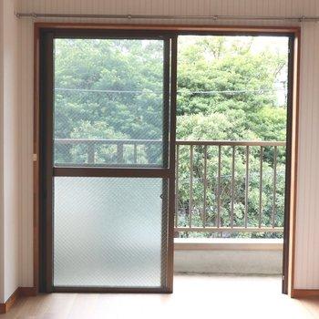 【洋室】大きな窓から明るい日差しが入り和みます