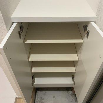 靴箱の上の棚に鍵などが置けますね。