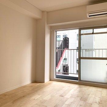 洋室も一面無垢床仕様になってます!