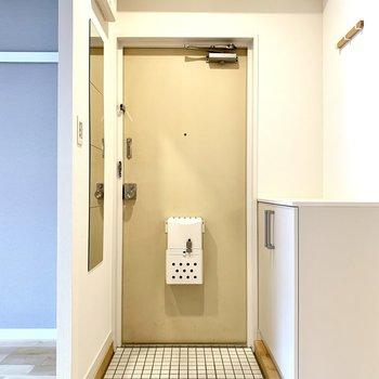 白色タイルの玄関が珍しい!