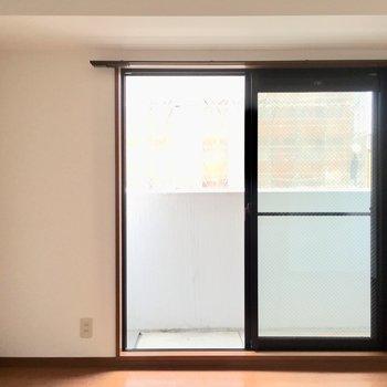 黒縁窓が際立ってかっこよく見えます。
