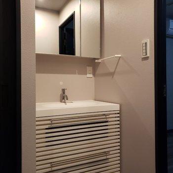 【下階】清潔感のある洗面台