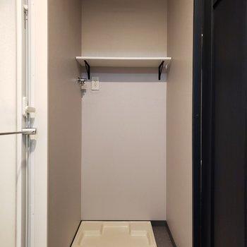 【下階】洗濯機上部には便利な収納棚