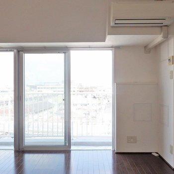 窓からの採光もばっちり。(※写真は6階の同間取り別部屋のものです)