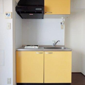 キッチンは1口ガスコンロ。(※写真は6階の同間取り別部屋のものです)