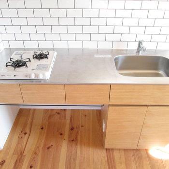 2口コンロで料理もしやすいし、棚も便利◯※写真は同間取り別部屋のものです
