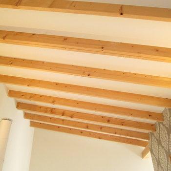 天井の木の感じがまたgood※写真は同間取り別部屋のものです