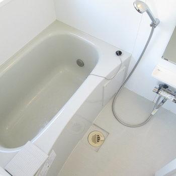 追い焚き付きお風呂です。※写真は同間取り別部屋のものです