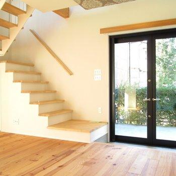 玄関すぐ横が階段。2階へ上がってみましょう。※写真は同間取り別部屋のものです
