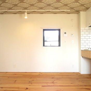 天井はクロスでちょっぴり着飾ろう。※写真は同間取り別部屋のものです