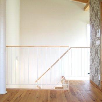 階段上って、右手にすぐサニタリー。※写真は同間取り別部屋のものです