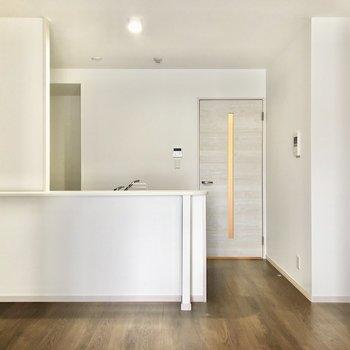 大きなカウンターキッチンでお部屋を見渡しながら料理できます。(※写真は10階の同間取り別部屋のものです)