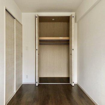 縦長なお部屋で、収納も奥行きあります。(※写真は10階の同間取り別部屋のものです)