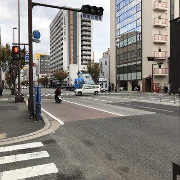 ちょっと出ると日赤通り。バス停も近いです。