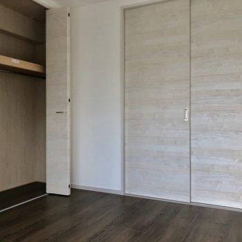 4.4帖の洋室は収納力も◎(※写真は10階の同間取り別部屋のものです)