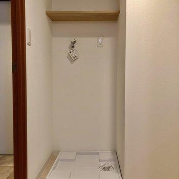 洗濯機置場も脱衣所の中に!上の棚に洗剤など置けます。(※写真は7階の同間取り別部屋のものです)
