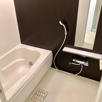 お風呂はゆったり大きめ!浴室乾燥、追い焚き付いています。(※写真は7階の同間取り別部屋のものです)