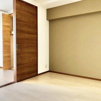 TV端子は真ん中の角に。引き戸はストッパー付きで静かに閉まります。(※写真は7階の同間取り別部屋のものです)