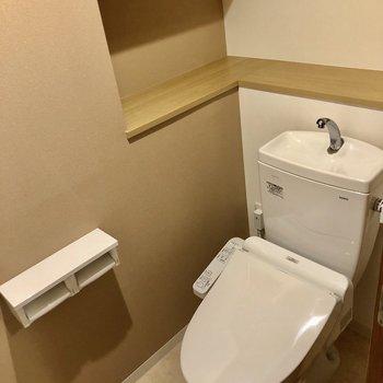 トイレはウォシュレット、棚付き!写真や芳香剤を並べて!(※写真は7階の同間取り別部屋のものです)