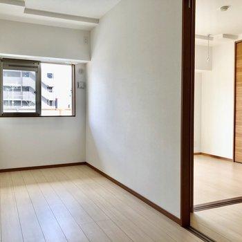 5.5帖の洋室とも引き戸で仕切られています。(※写真は7階の同間取り別部屋のものです)