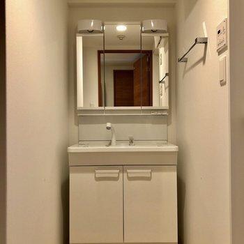 3面鏡で収納力ある独立洗面台。(※写真は7階の同間取り別部屋のものです)