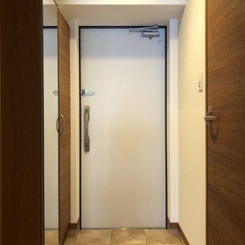 大理石のような模様の玄関。姿見も付いています!(※写真は7階の同間取り別部屋のものです)