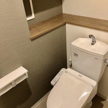 トイレはウォシュレット、棚付き!