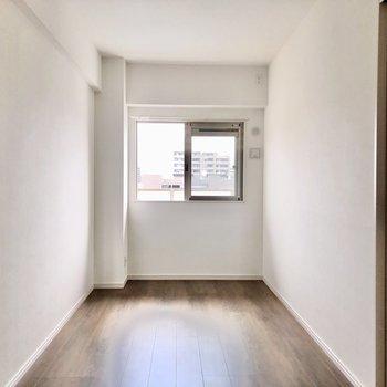 5.5帖の洋室はダブルベッドもおける広さ。