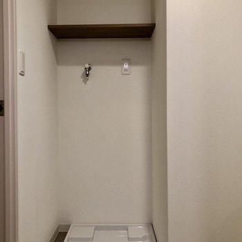 洗濯機置場も室内に!上の棚に洗剤等を置けます。