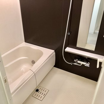 お風呂はゆったりめ。浴室乾燥、追い焚き付いています!