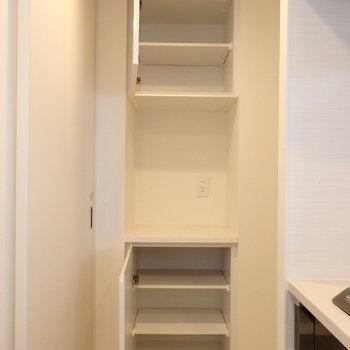 キッチン左側には収納がたくさん※写真は10階の同間取り別部屋のものです