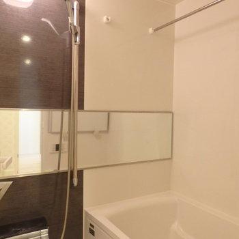浴槽は壁面いっぱいに鏡が付いていました ※写真は10階の同間取り別部屋のものです