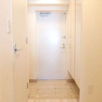 玄関は左右に収納たっぷりなんです ※写真は10階の同間取り別部屋のものです