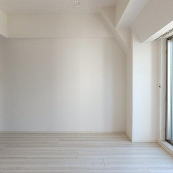 洋室はシンプルデザイン ※写真は10階の同間取り別部屋のものです