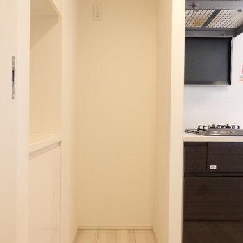 冷蔵庫用のスペースもありました※写真は10階の同間取り別部屋のものです