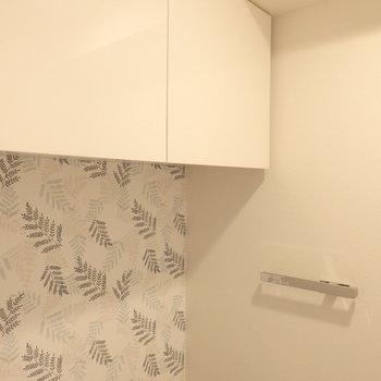 トイレ上部には収納棚もありました ※写真は10階の同間取り別部屋のものです