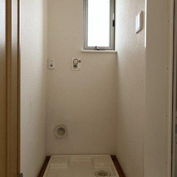 浴室とトイレの間には洗濯機置場