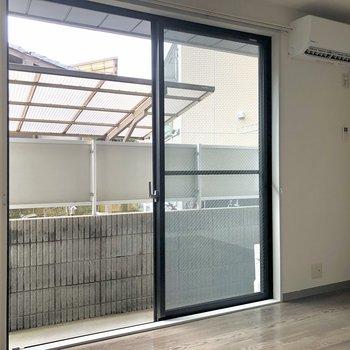 【洋室6帖】窓が大きくて開放的です。