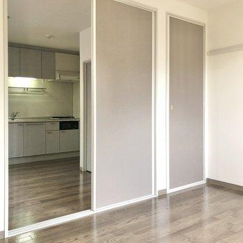 【洋室6帖】洋室から見たダイニング・キッチン