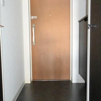 玄関はすっきりと。(※写真は4階の同間取り別部屋のものです)