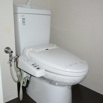 トイレはウオッシュレット付き。(※写真は4階の同間取り別部屋のものです)