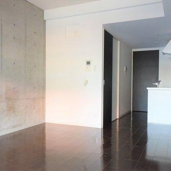 キッチンはシンプルながらも対面式に。(※写真は4階の同間取り別部屋のものです)