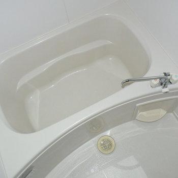浴室乾燥機付きのお風呂。雨の日のお洗濯も安心です。(※写真は4階の同間取り別部屋のものです)