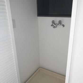洗濯機置き場は扉と棚付き。※写真は前回募集時のものです