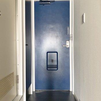 エントランスと統一された青。※写真は前回募集時のものです
