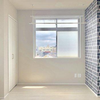 家具を置かずして壁柄が空間のアクセントに