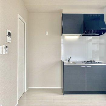 白が基調のお部屋、キッチンは黒で締まりがありますね