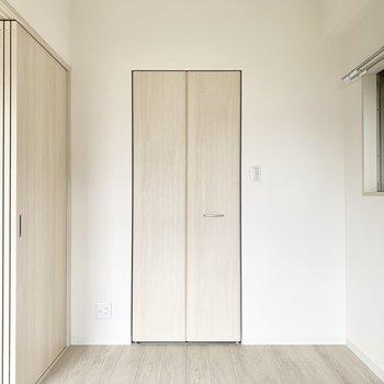 【洋室】小窓も付いています。